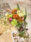 Die herbstliche Jahreszeit rustikal gestalten mit Chrysanthemensträußen!
